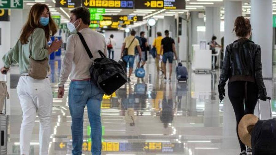 Viajeros vacunados de EU y Unión Europea que lleguen a Inglaterra y Escocia ya no deben cumplir cuarentena