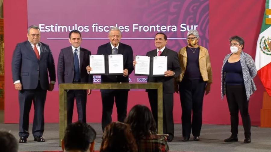 Firma AMLO decretos para ampliar salario en el norte del país y el regreso de la zona franca en el sur