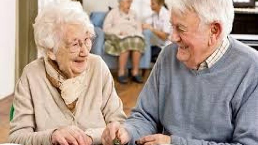 Residentes en casas de adulto mayor son vacunados contra el COVID-19