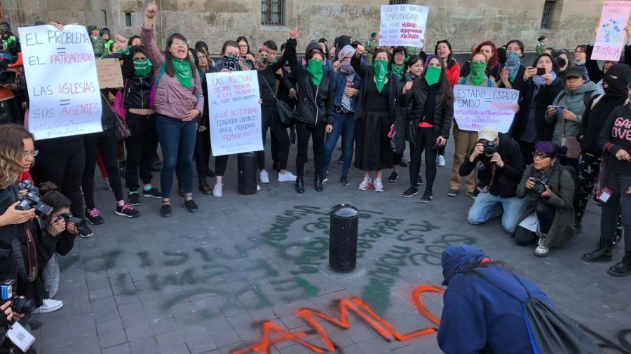 Mujeres se vuelven a manifestar afuera de Palacio Nacional