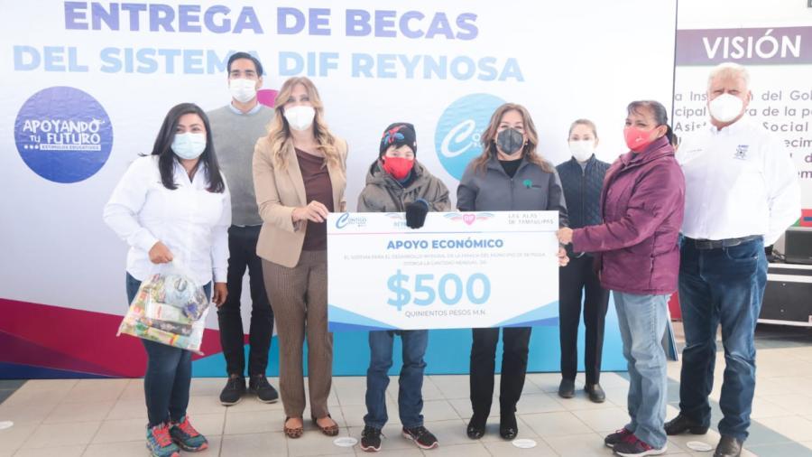 Entrega DIF Reynosa becas 'Contigo Soy Capaz'