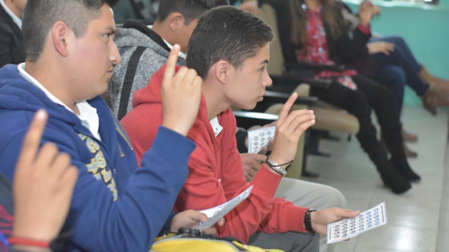 Imparten curso de lenguaje de señas en escuelas preparatorias