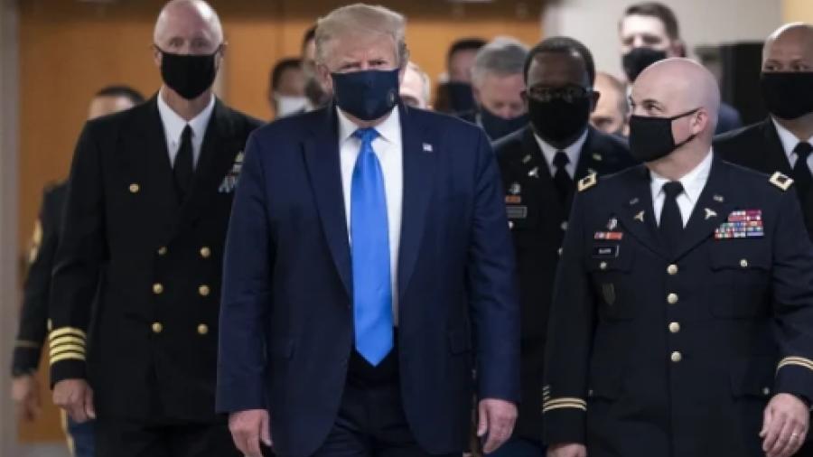 ¡Por primera vez! Trump usa cubrebocas en público en hospital militar