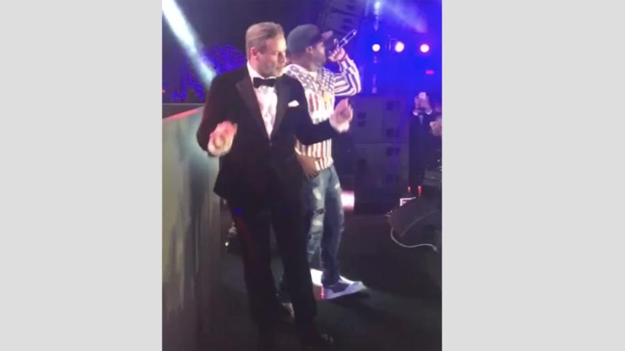 John Travolta se mueve al ritmo de 50 Cent