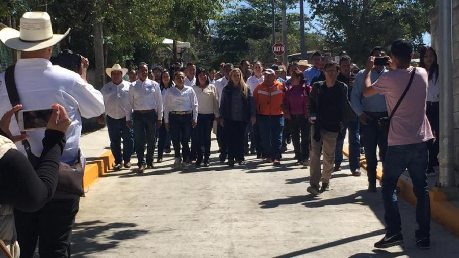 Pavimentación de calle contribuye al mejoramiento de seguridad peatonal y vehicular: Alma Laura Amparán