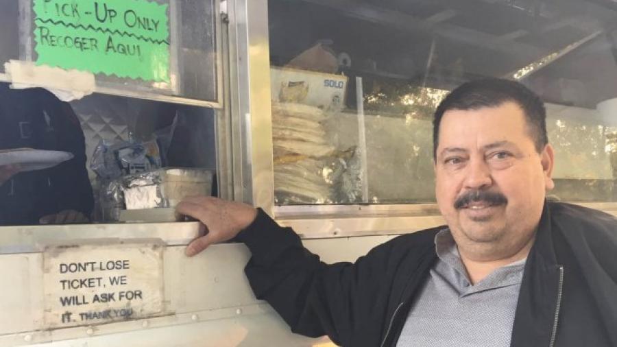 Mexicano regala tacos a damnificados por incendios en California