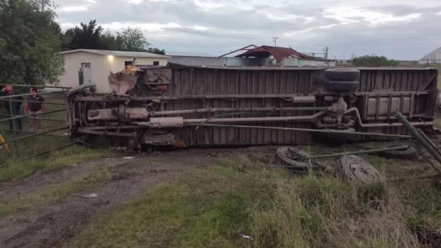 Vuelca camión que transportaba obreros en Valle Hermoso