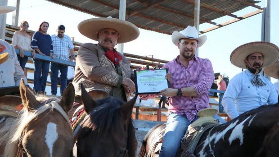 Alcalde entrega reconocimiento al charro González López