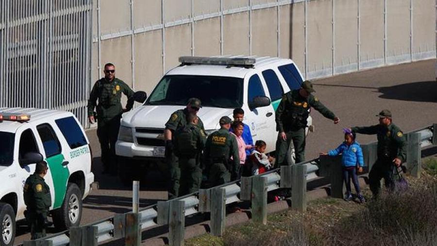 Migrantes en Texas son trasladados a California
