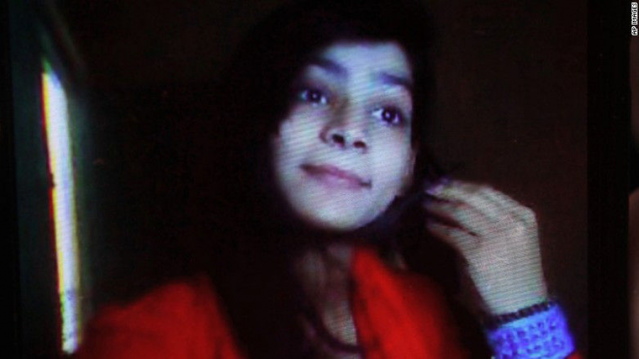 Mujer es condenada a muerte por quemar viva a su hija en Pakistán