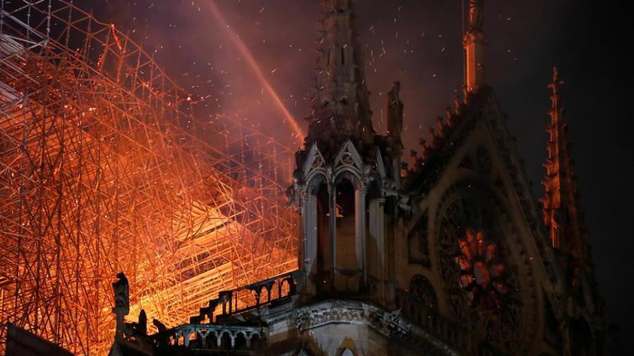 Vaticano expresa su tristeza ante el incendio en la Catedral de Notre-Dame