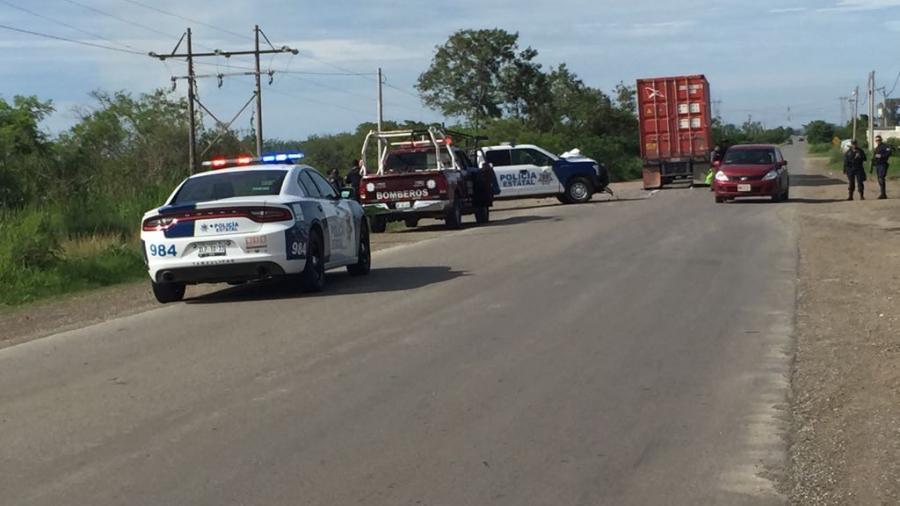 Policías estatales chocan contra trailer