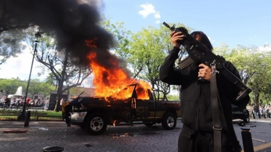 Queman a policía durante protestas por Giovanni en Guadalajara