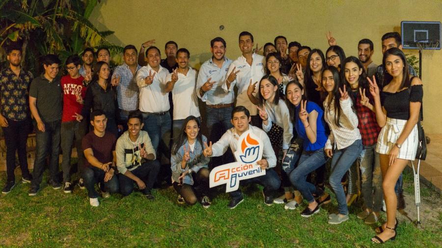 Héctor Escobar se reúne con jovenes votantes
