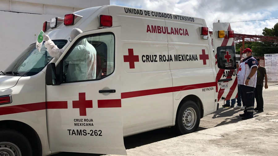Paramédicos de la Cruz Roja muestran protocolo de traslado de pacientes covid