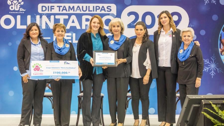Mariana Gómez entrega premio a los voluntarios del año