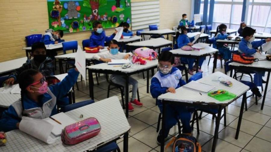 Piden vacunar a menores de 17 años antes del regreso a clases en México