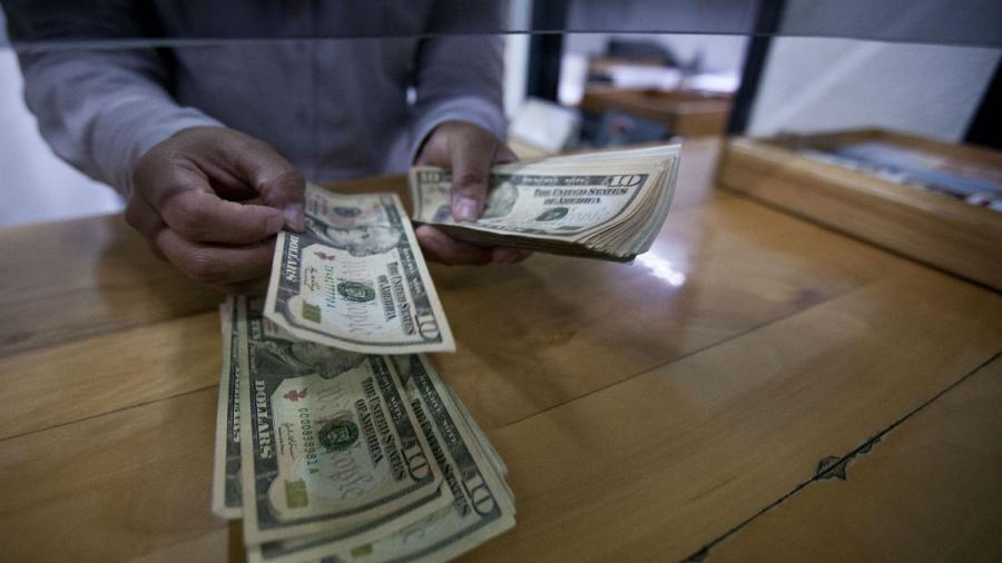 Dólar cotiza a la venta en 20.09 pesos en el AICM