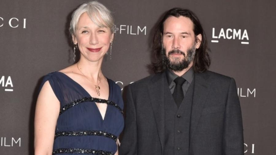 Keanu Reeves presenta a su novia en alfombra roja