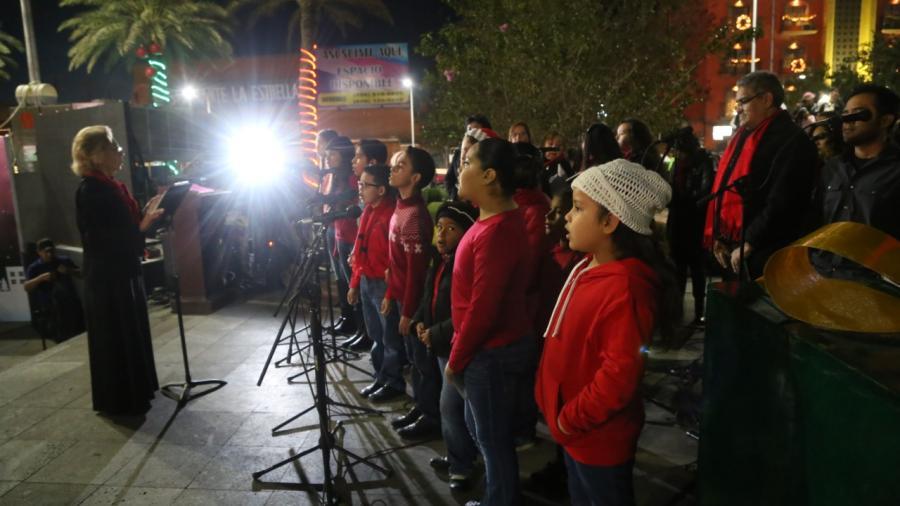 Niños encienden junto con alcaldesa Pino Navideño