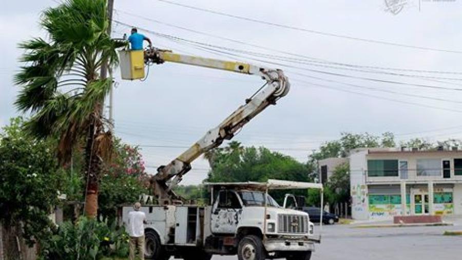 Revisan lámpara públicas para su mejor funcionamiento