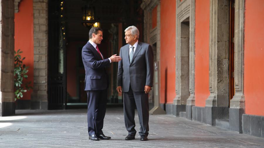 AMLO llega para su encuentro con EPN a Palacio Nacional
