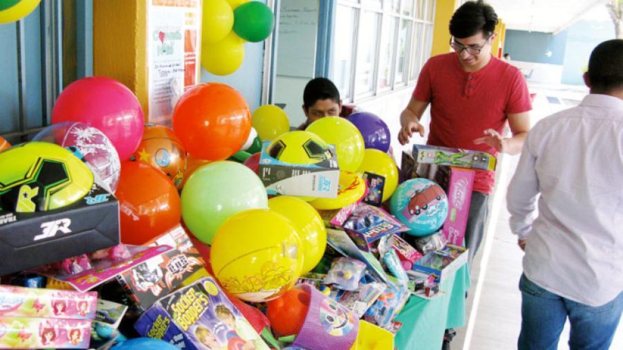 Alumnos de la UAT entregan juguetes a niños necesitados