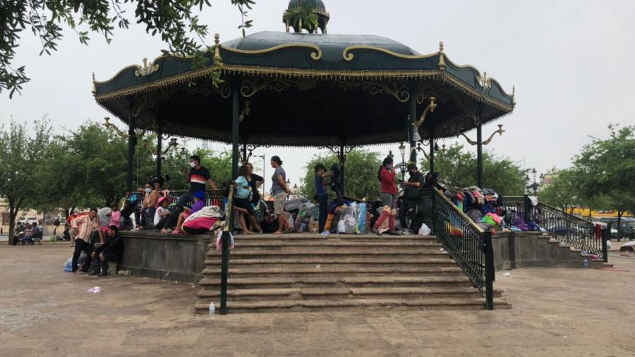Migrantes se preparan para recibir lluvias a la intemperie
