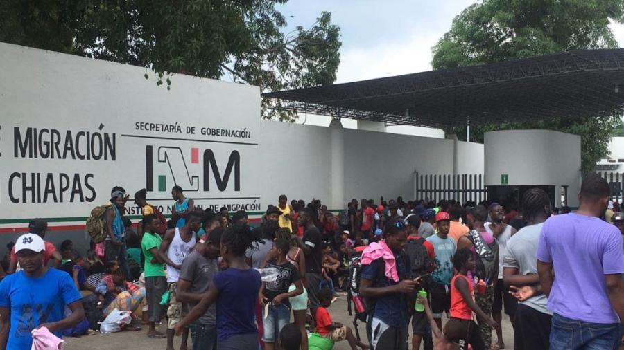 Migrantes cubanos escapan de albergue en Chiapas